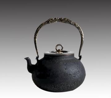 龍文堂鉄瓶 安之介作(高さ:約18.5cm、幅:約14.2cm)