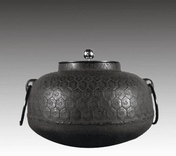 茶釜 十四代大西清右衛門(浄中)作(高さ:約17.2cm、幅:約24.8cm)